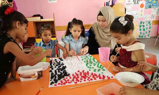 Bilde: Juli 2018 - sommerleir med barn som lager det palestinske flagget.