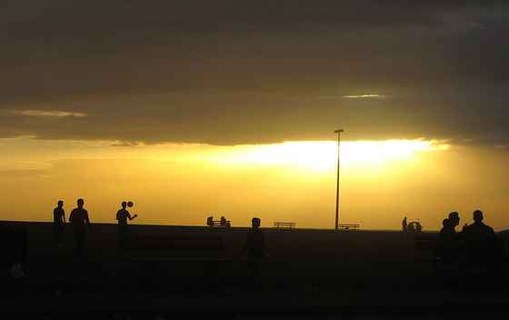 Fotograf: Tonje Smidt Hundevadt. Gaza 2014.  Ungdommer er ute å spiller fotball ved stranda på kvelden.
